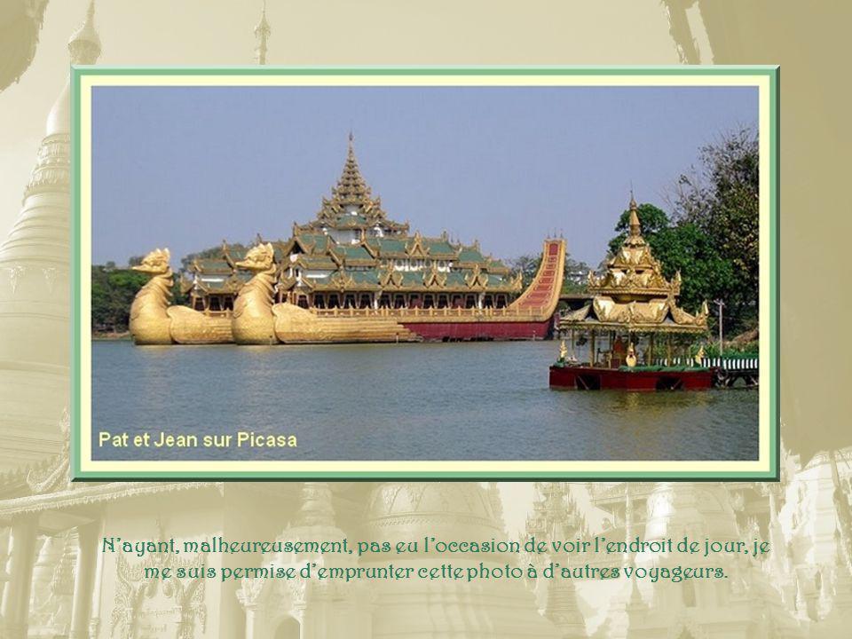 Au bord du lac Kandawgyi, une gigantesque copie dancienne barge royale est réalisée en bois, ciment et béton… Cest « lOiseau Karaweik », un palace construit en 1972.
