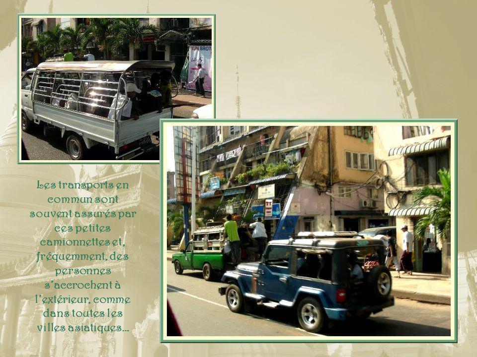 Ce qui frappe, de prime abord, quand on arrive à Yangon, une ville qui comporte plus de 4 300 000 habitants, cest une circulation relativement fluide et surtout, la présence dénormément de verdure.