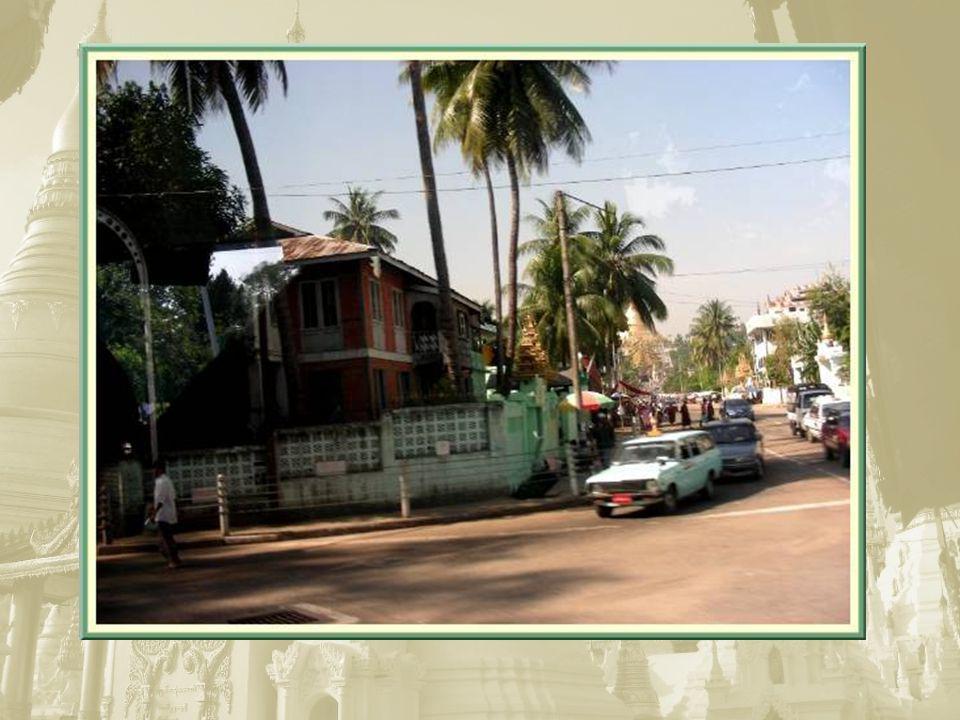 Les transports en commun sont souvent assurés par ces petites camionnettes et, fréquemment, des personnes saccrochent à lextérieur, comme dans toutes les villes asiatiques…