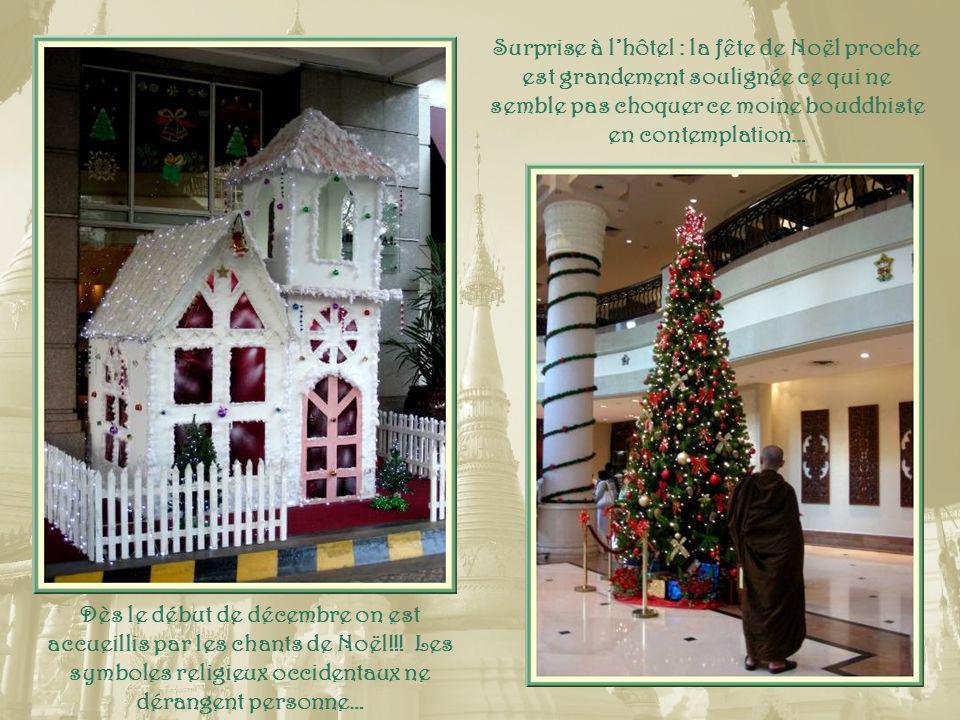 Surprise à lhôtel : la fête de Noël proche est grandement soulignée ce qui ne semble pas choquer ce moine bouddhiste en contemplation… Dès le début de décembre on est accueillis par les chants de Noël!!.