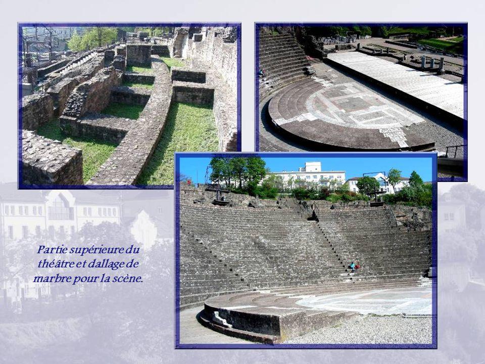 Une voie dallée circulait entre deux murs, celui du théâtre et un autre dont on ne connaît pas la fonction.