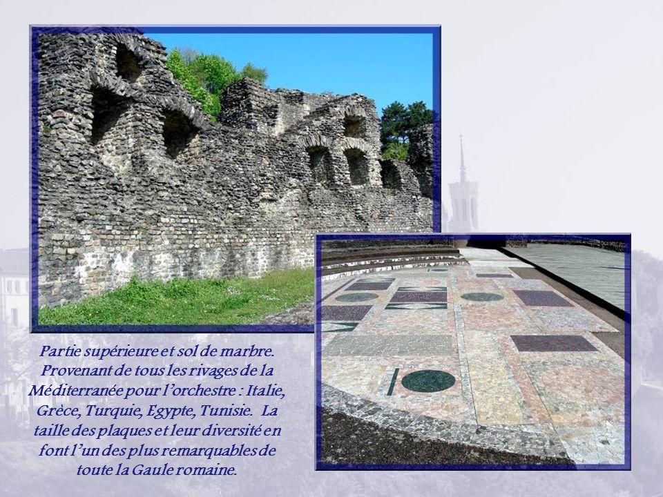A gauche, lapproche de lOdéon, petit théâtre pour la musique et la déclamation, construit aux IIe et IIIe siècles… … et vue générale.