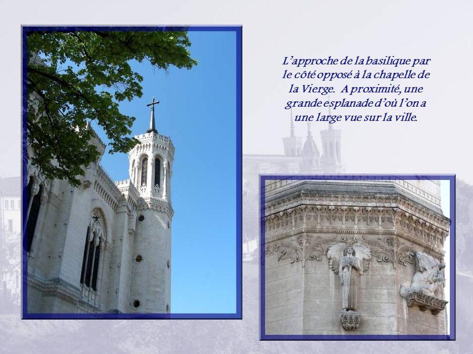Non loin de la basilique, cette tour métallique de 85,90 m de hauteur est parfois surnommée la tour Eiffel de Lyon.