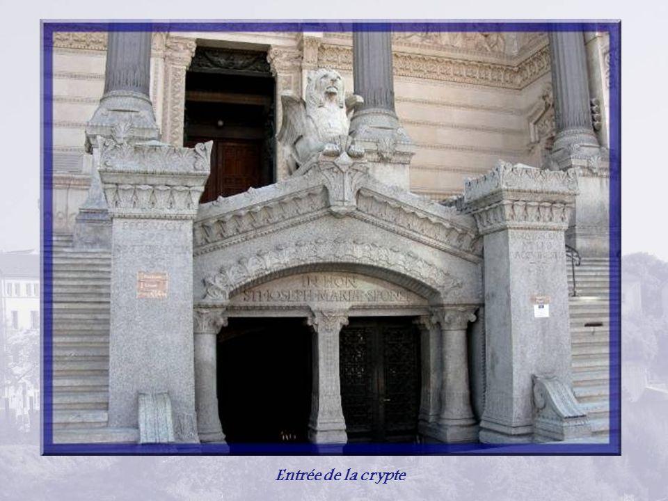 Plusieurs fois restaurée, existait sur la colline où fut martyrisé Saint-Pothin, la chapelle St-Thomas, érigée à la place du forum de Trajan.