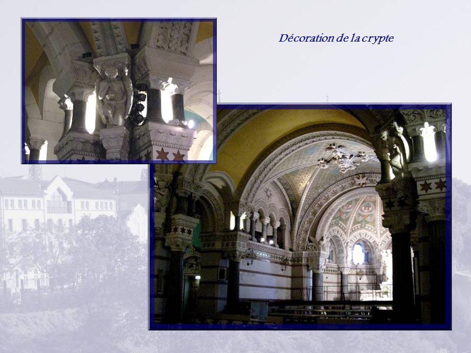 Ci-haut, Notre-Dame de Czestochowa Ci-dessous, la Vierge aux larmes de sang.