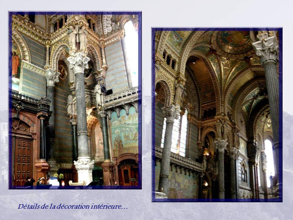 Lintérieur de la basilique est richement décoré, un peu surprenant par rapport à laustérité extérieure qui fait davantage penser à une forteresse quand on la regarde de loin avec ses tours et ses créneaux.