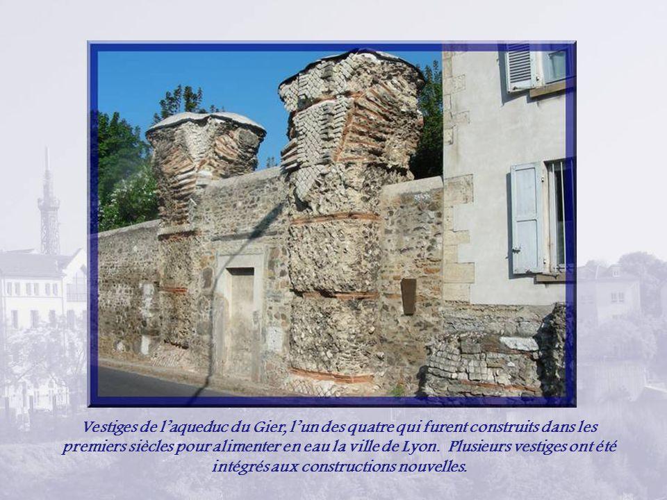 Vestiges de laqueduc du Gier, lun des quatre qui furent construits dans les premiers siècles pour alimenter en eau la ville de Lyon.