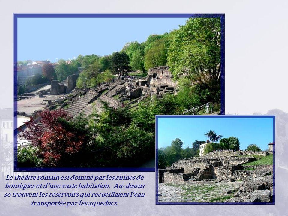 Le théâtre romain est dominé par les ruines de boutiques et dune vaste habitation.