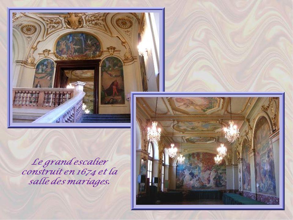 Ces salles du Ier étage offrent toutes des merveilles de lart pictural. La salle des mariages et celle du Conseil municipal doivent leur décoration au