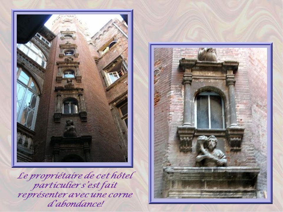 Partant de la place du Capitole, à lopposé de la rue du Taur, la rue Saint-Rome est une rue piétonne qui conserve, comme celles qui lui font suite, de