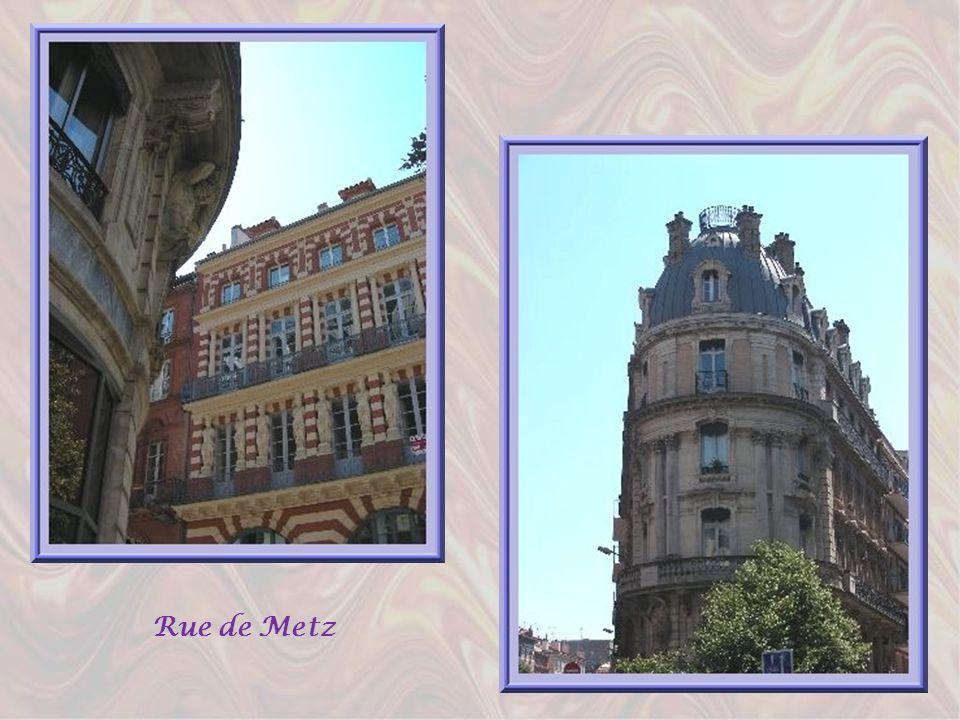 Au milieu du XIXème siècle, Toulouse, après larrivée du chemin de fer, se dota dune pléthore de banques, grands magasins, etc. Ce fut alors la période
