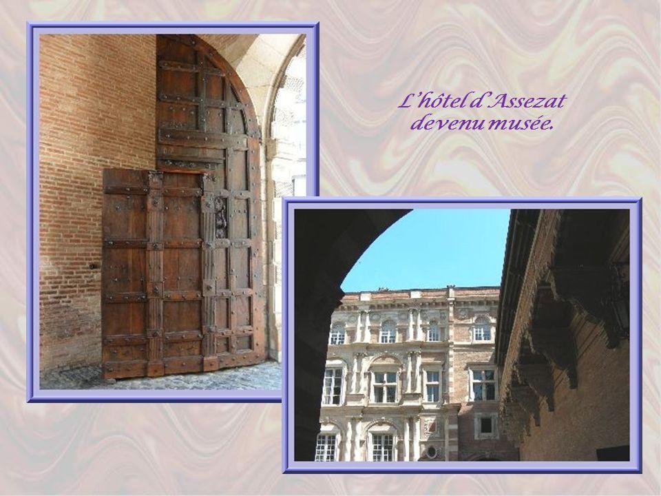 En se dirigeant vers la Garonne, en bordure de la rue de Metz, lon retrouve le magnifique hôtel dAssézat, un véritable palais de style renaissance cla