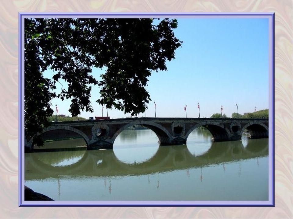 Nous arrivons au Pont-Neuf qui fut inauguré en 1632 mais jamais complètement terminé. Il présente curieusement, des arches inégales de briques et de p
