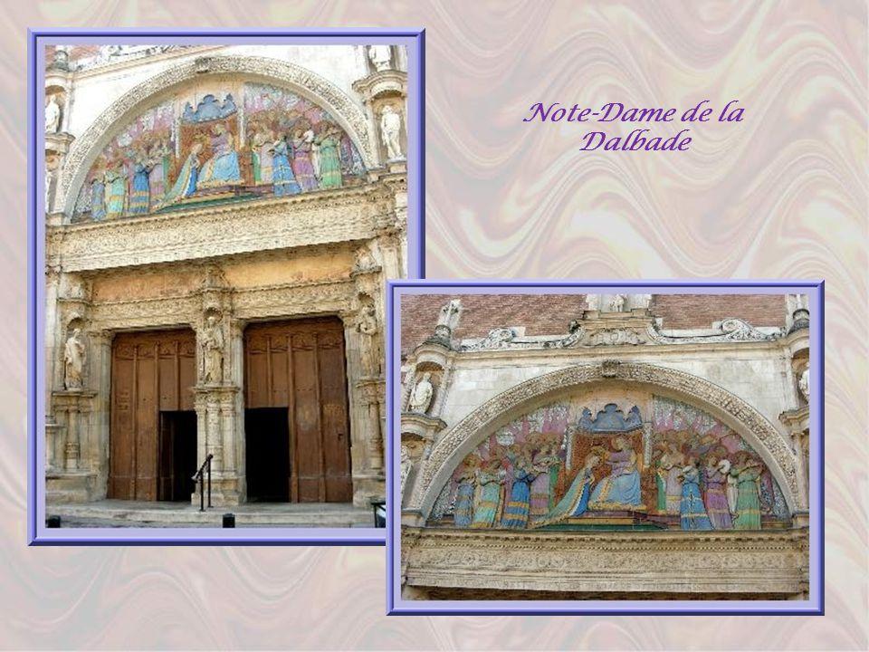 Non loin du pont, léglise Notre- Dame de la Dalbade qui fut reconstruite plusieurs fois et dont lélément le plus intéressant, actuellement, est un por