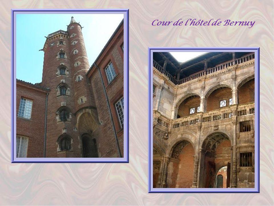 Poursuivant notre promenade en direction de la célèbre église des Jacobins, nous trouvons sur notre chemin, un autre très bel hôtel renaissance, celui