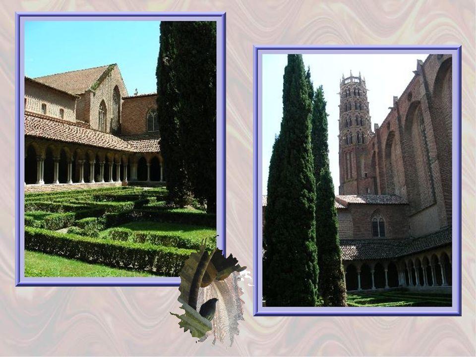 Les arcades du cloître qui entoure un jardin verdoyant avec buis et cyprès, sont en briques sur colonnettes jumelées, de marbre gris.