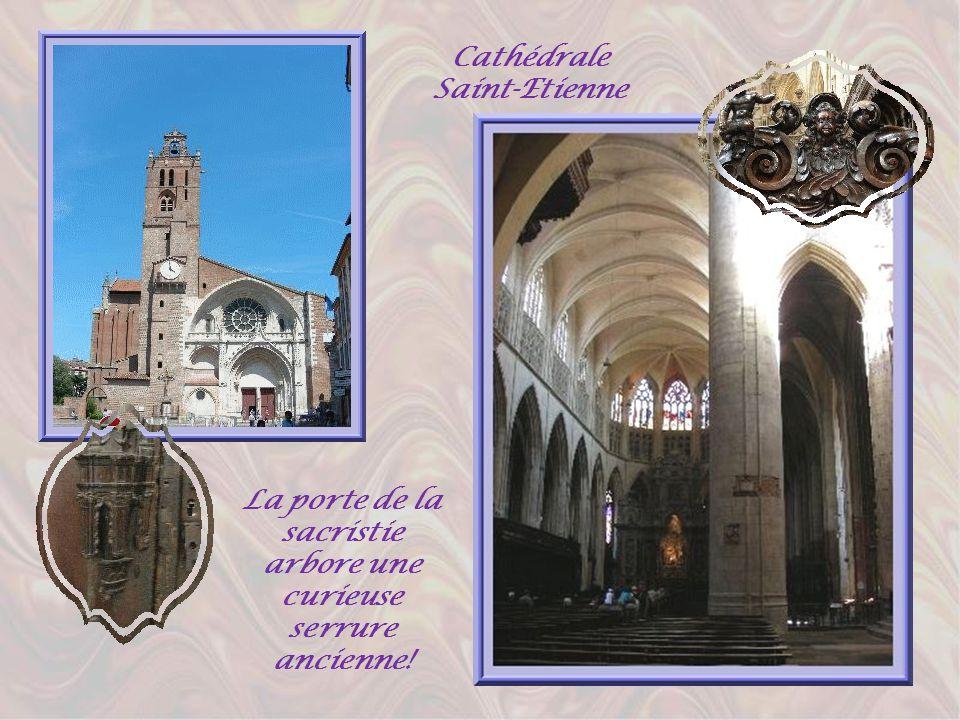 De lautre côté du centre, à lopposé des Jacobins, la cathédrale Saint-Etienne offre aux regards une architecture très bizarre, surtout quand lon pénèt