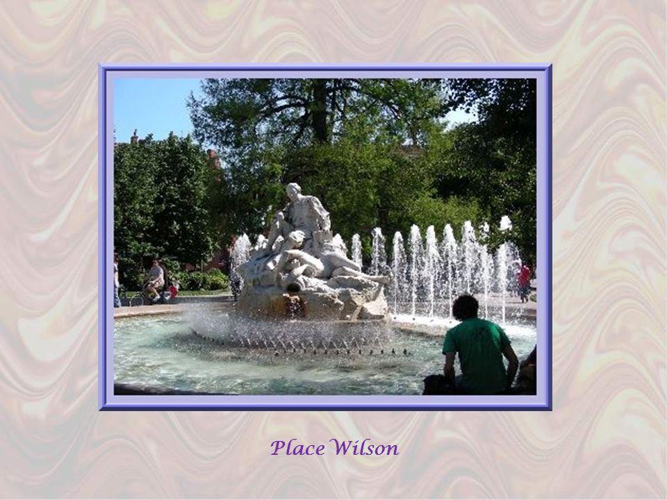 Dagréables fontaines ornent les places et de nombreuses terrasses attirent les clients, surtout les journées ensoleillées… A droite, la place Saint-Ge