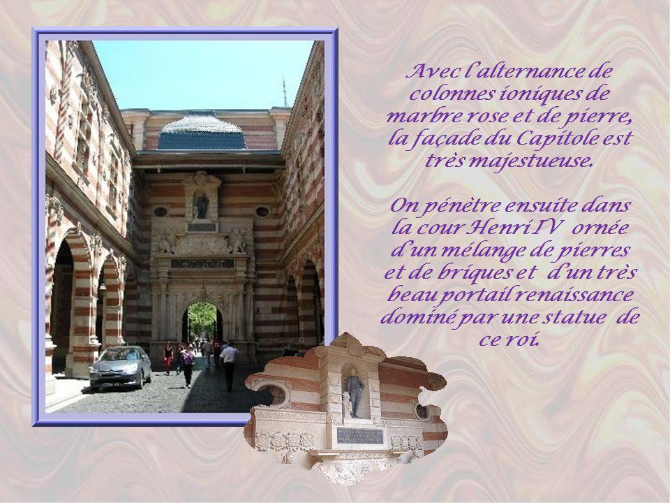 Avec lalternance de colonnes ioniques de marbre rose et de pierre, la façade du Capitole est très majestueuse.