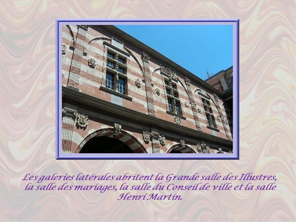 Avec lalternance de colonnes ioniques de marbre rose et de pierre, la façade du Capitole est très majestueuse. On pénètre ensuite dans la cour Henri I