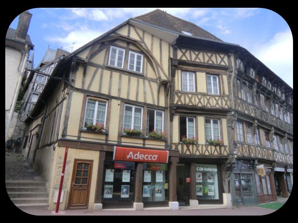 Gaillon et son Château Gaillon, petite ville de + 7000 ha en bordure de Seine possède un patrimoine de maisons à colombages de bois très intéressant et quelques autres belles architectures.