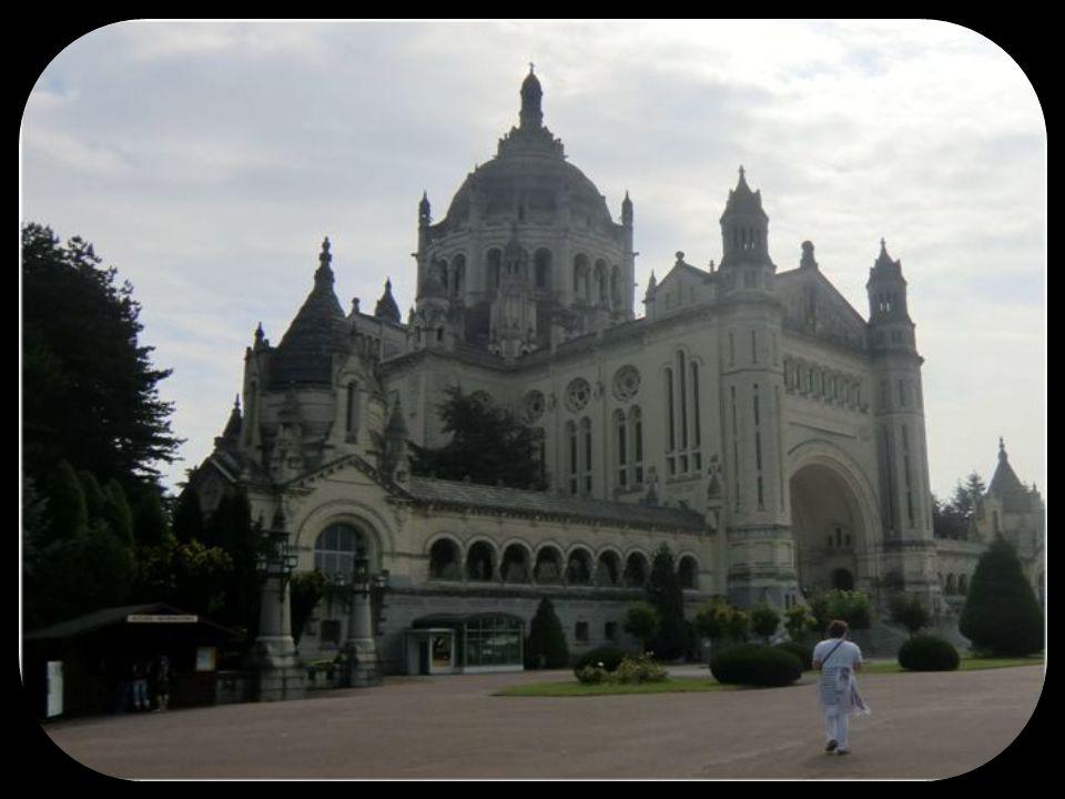 La Basilique de Lisieux est une des plus grandes églises érigées au XX ième siècle, commencée en 1929, elle fut bénie en 1937 et consacrée en 1954.