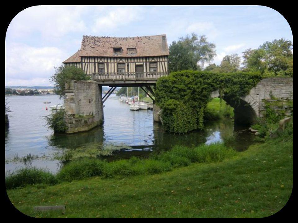 Vernonnet Le château des Tourelles, dernier témoignage de l témoignage de l époque médiévale avec le vieux moulin font encore bonne figure dans le paysage Vexin.