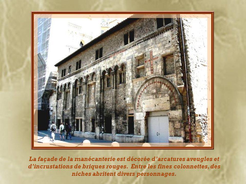 Nous arrivons maintenant au quartier Saint-Jean. Regardant de la place du même nom, à droite de la cathédrale, nous découvrons, la manécanterie ou mai
