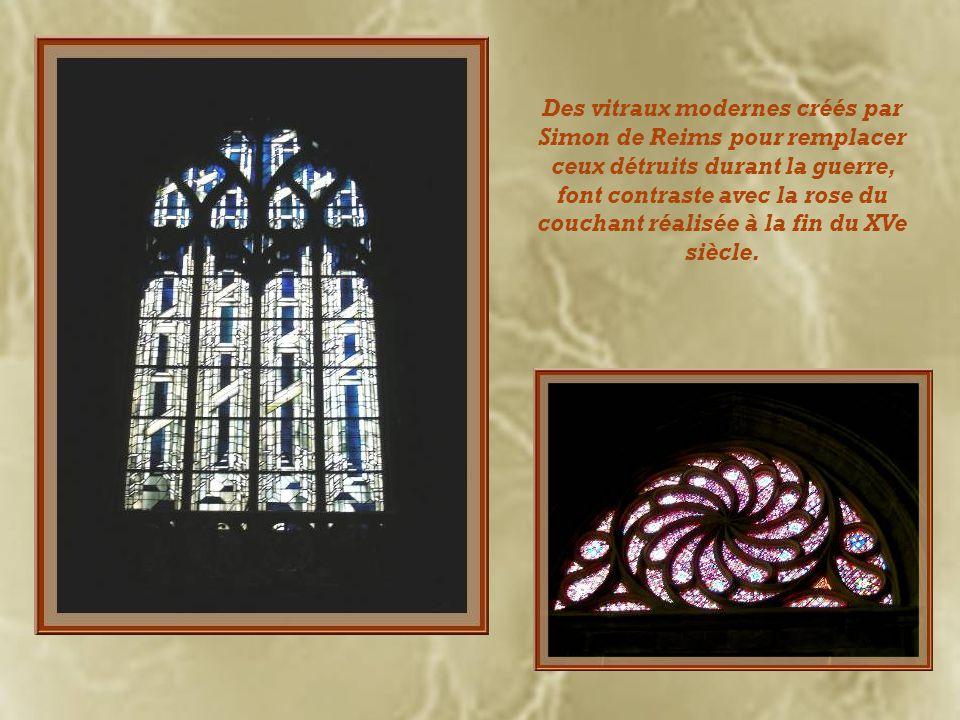 Une des caractéristiques des églises de Lyon est labsence de déambulatoire. La nef possède des voûtes dogives qui retombent sur de fines colonnettes.