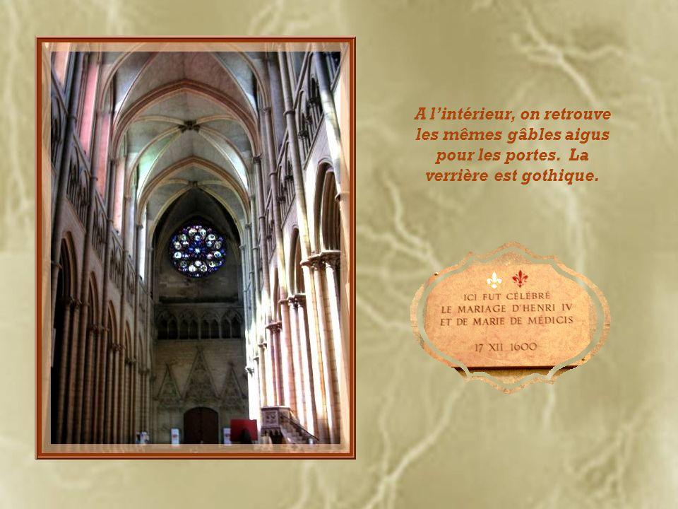 A 12, 14, 15 et 16 heures, cette horloge astronomique, qui remonte au XIVe siècle, donne une sonnerie particulière, «lHymne de St-Jean », tirant son o