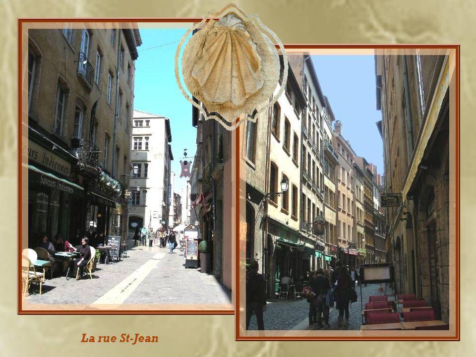 Nous allons arpenter maintenant ce quartier St-Jean dont la rue principale est toujours très animée. Elle fut empruntée par tous les cortèges dimporta