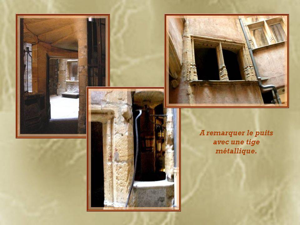 Acquise en 1979 par lOrdre des Avocats, cette ancienne auberge de la Croix dOr abrite désormais le musée des Miniatures et Décors de cinéma.