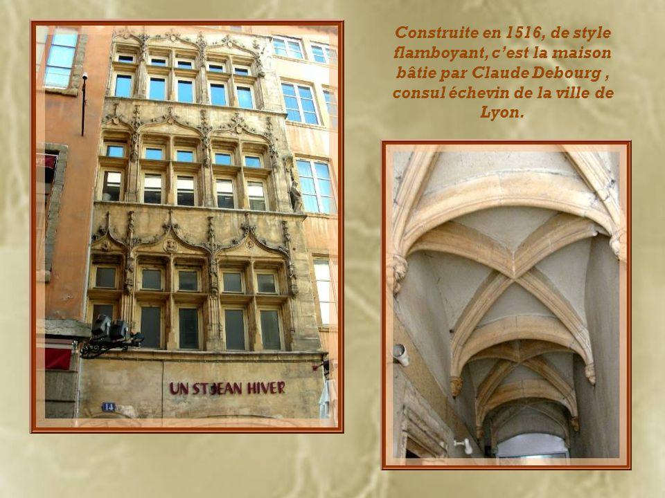 Place du Change, on voit à gauche la maison Thomassin dont la façade a été réalisée au XVe siècle. Ci-dessous, la loge du Change, datant du XVIIIe siè