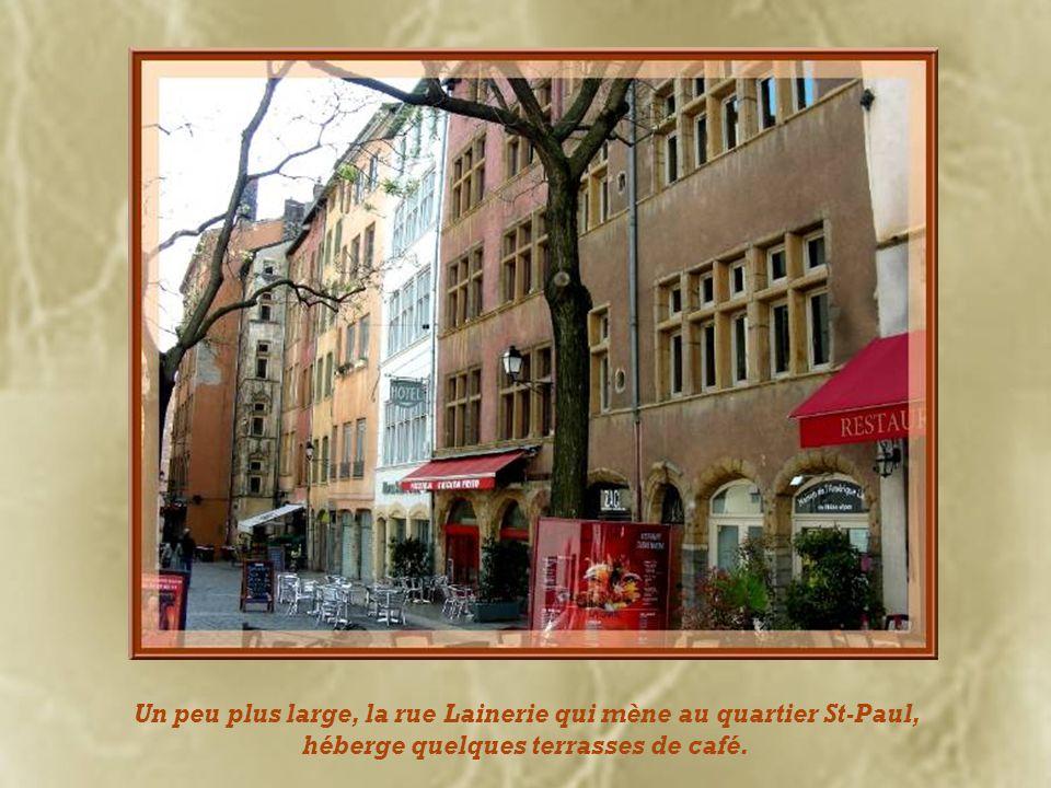 Construite en 1516, de style flamboyant, cest la maison bâtie par Claude Debourg, consul échevin de la ville de Lyon.