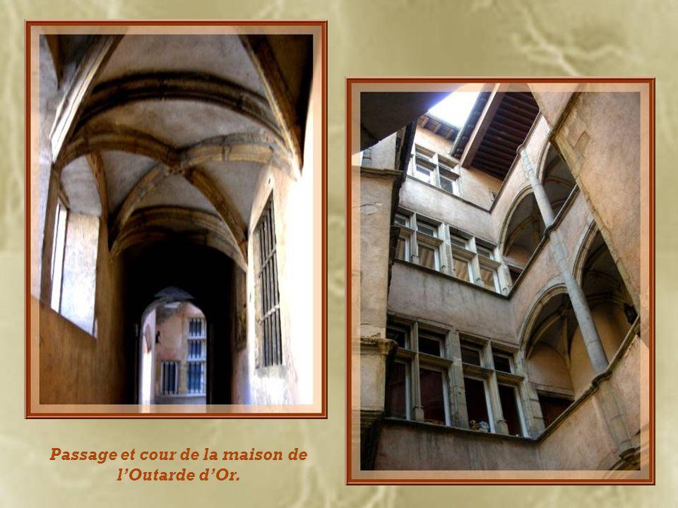 Sur la rue du Bœuf, la maison de lOutarde dOr dont lenseigne est en pierre sculptée. Elle possède une jolie cour dont le principal intérêt consiste en