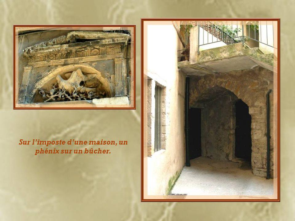 La maison dAntoine Groslier de Servières est ornée de frontons de marbre noir alternativement pleins et brisés.
