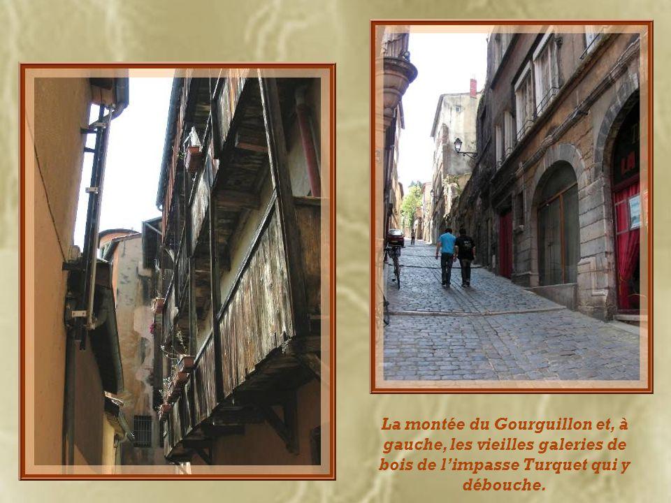 La montée du Gourguillon et, à gauche, les vieilles galeries de bois de limpasse Turquet qui y débouche.