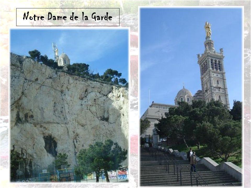 Rond point à Marseille avec Statue de David
