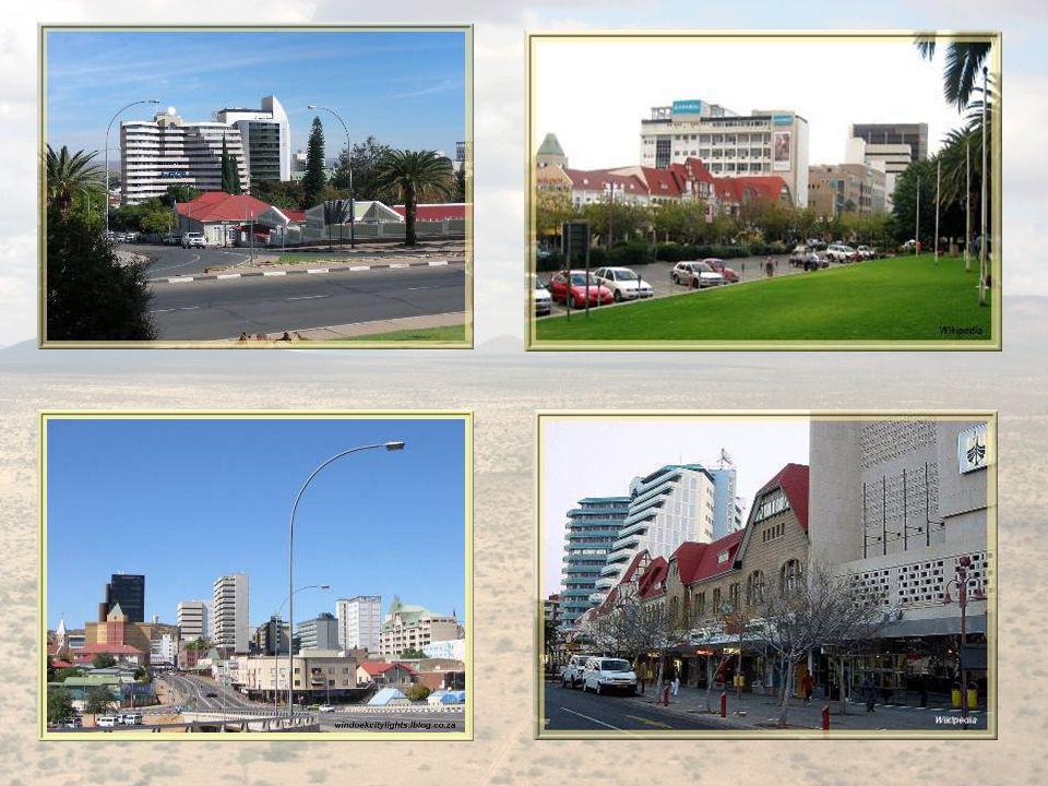 Windhoek est divisée en quartiers et si chaque habitant peut, en principe, sinstaller où il le désire, dans les faits, les disparités financières font que se perpétuent les zones dhabitations pour les blancs, les métis et les noirs.