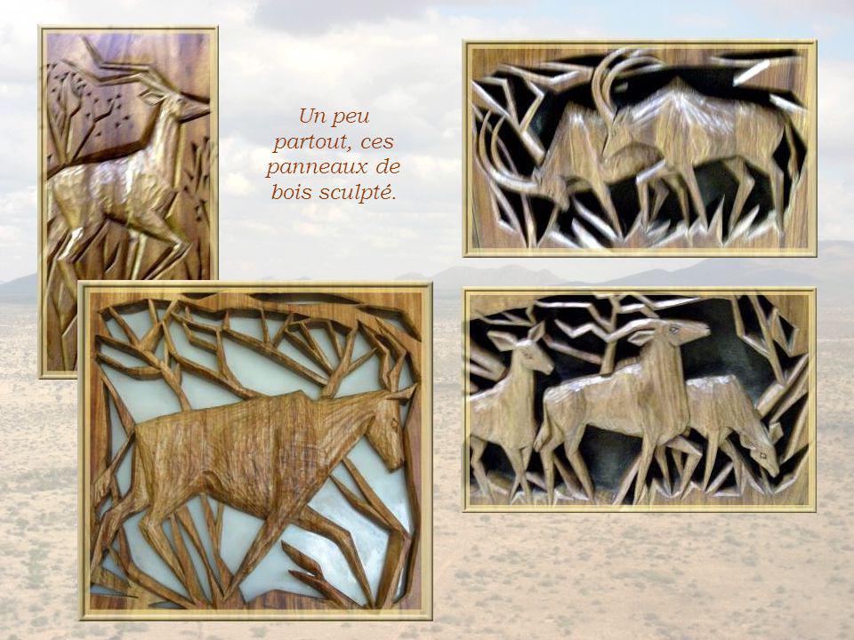 Trois parties de la fresque de céramique illustrant lhistoire de la Namibie.