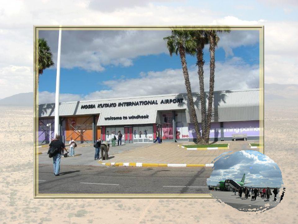 A gauche, la gare ferroviaire de Windhoek.