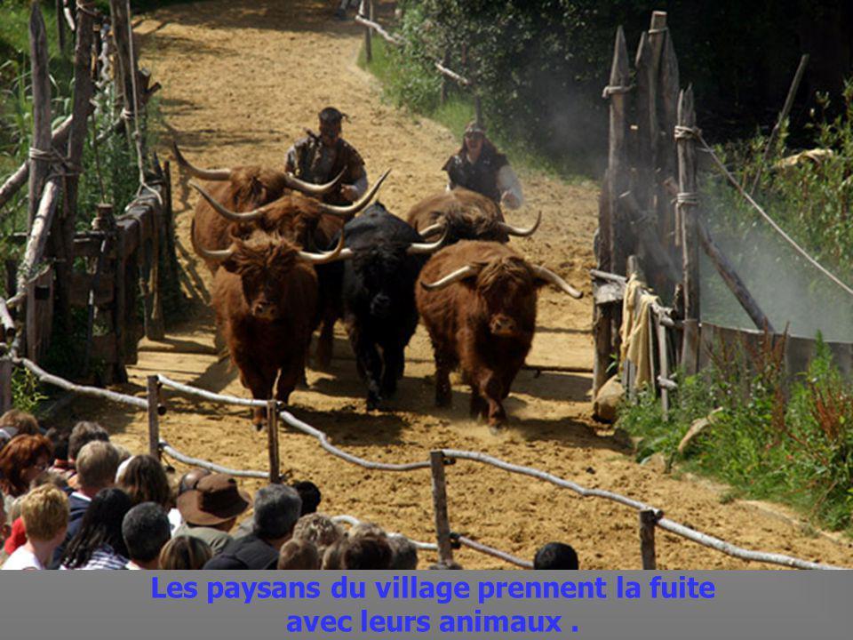 Remontant les rivières avec leurs bateaux les Vikings attaquent le village du Fort de lAn Mil.