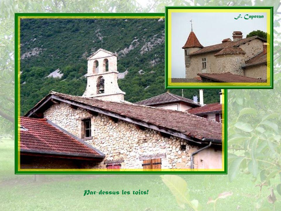 Partout dans le village de jolies maisons de pierre! A gauche, un ancien séchoir à noix.