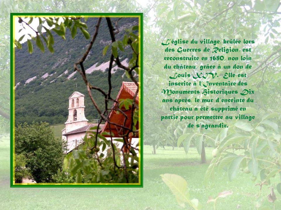 Vue de la Maison Beaujour mais, en fait, tout le tour du village est ainsi… Il apparaît comme dans un écrin!