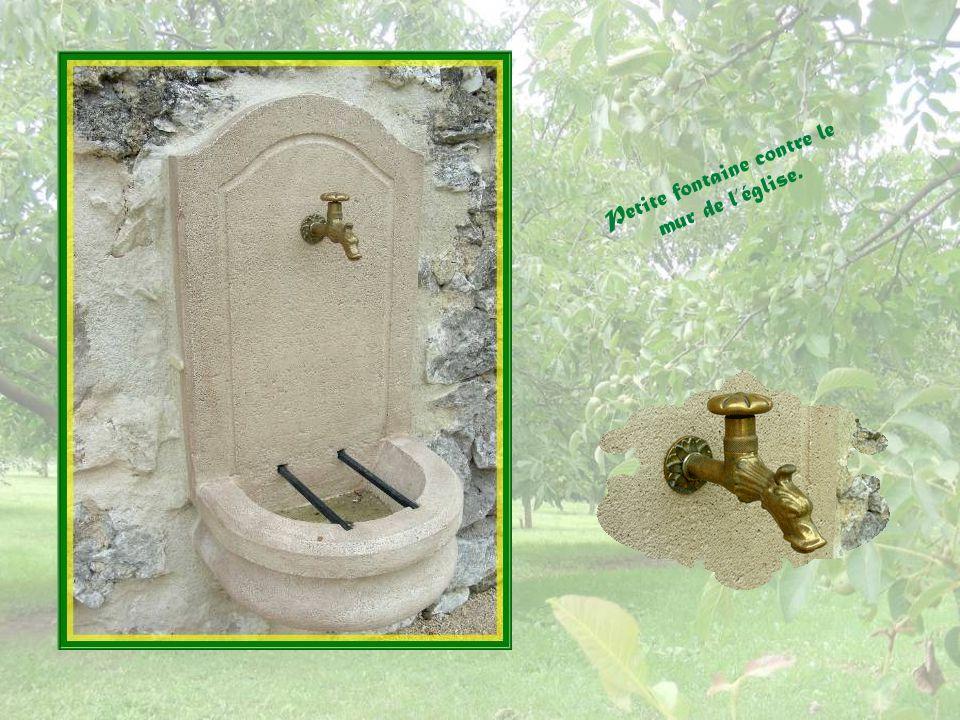 Il entoure la pierre dautel provenant de léglise du XIIe siècle détruite durant les Guerres de Religion.
