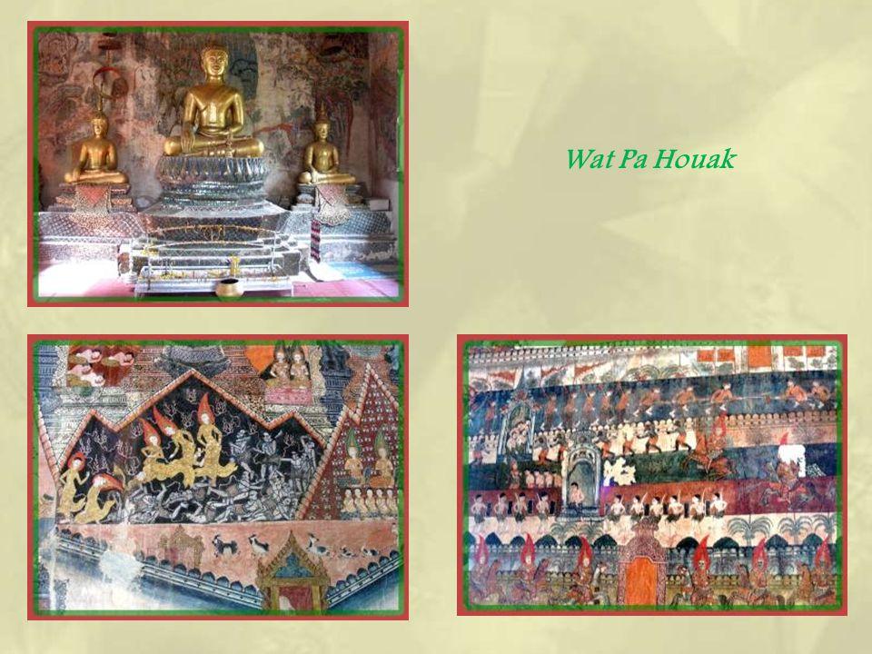 Au pied du Mont Phousi, le Wat Pa Houak, un temple très ancien dont la façade offre de belles sculptures en bois et qui nest plus en activité.
