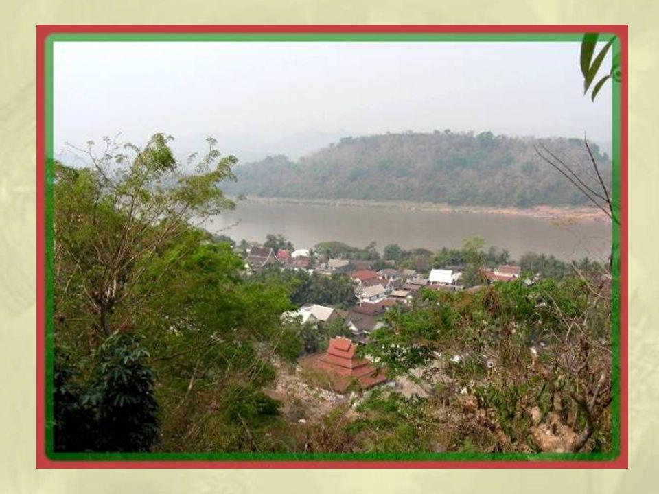 Après avoir grimpé 328 marches, on découvre le That Wat Chomsi, un stupa de vingt mètres de hauteur.