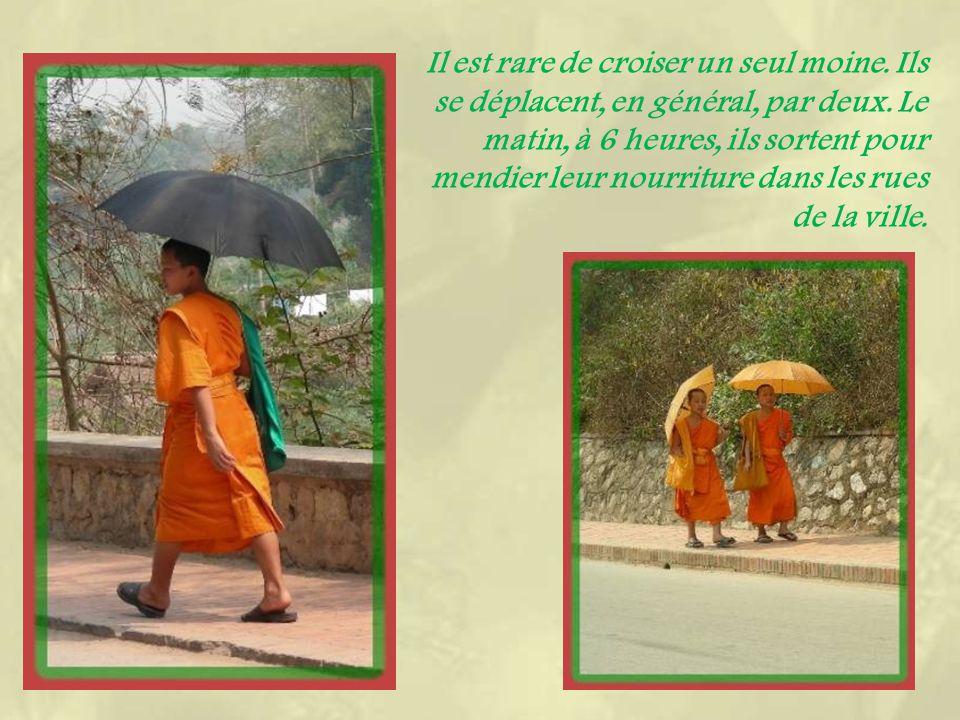 En redescendant par lautre côté, le Wat Tham Phousi, sorte de grotte qui abrite un bouddha en méditation.