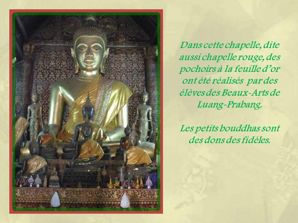 Des décorations raffinées dorées sur fond noir ornent la chapelle du Bouddha sacré.