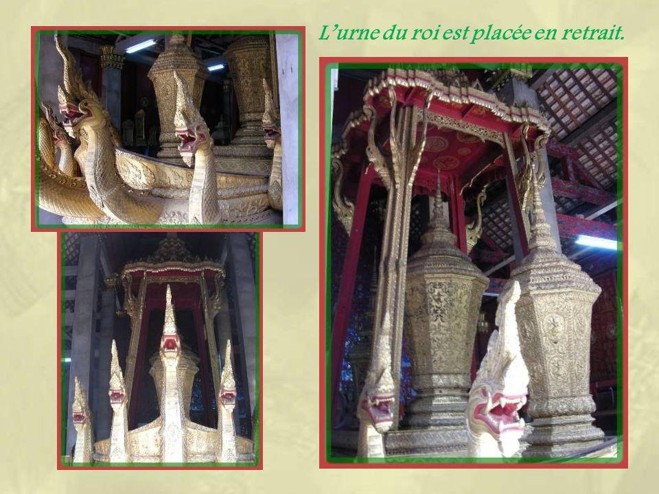 Au fond de lenceinte de la pagode de Xien Thong, se trouve la chapelle du char funéraire.